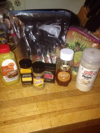 Aquí están todos los productos que he utilizado en la receta. Usé la piña congelados y enlatados con el líquido que no se ve en la foto vaya lo siento :)