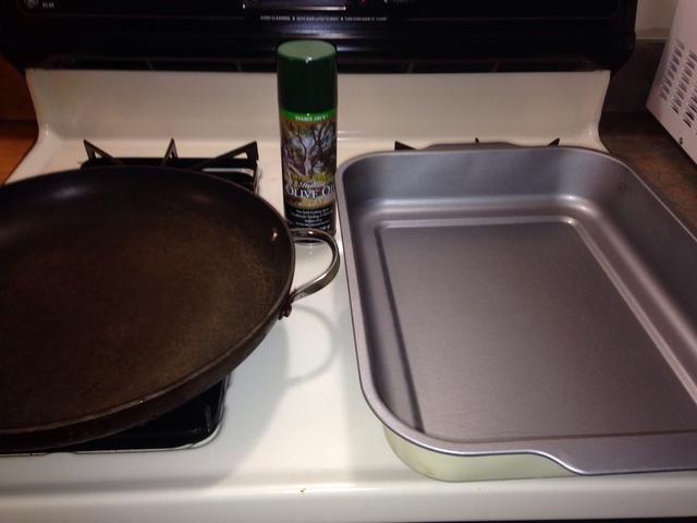 He utilizado una olla grande para dorar el pollo. Y el molde para hornear a capa las de pollo, pimientos, y piñas