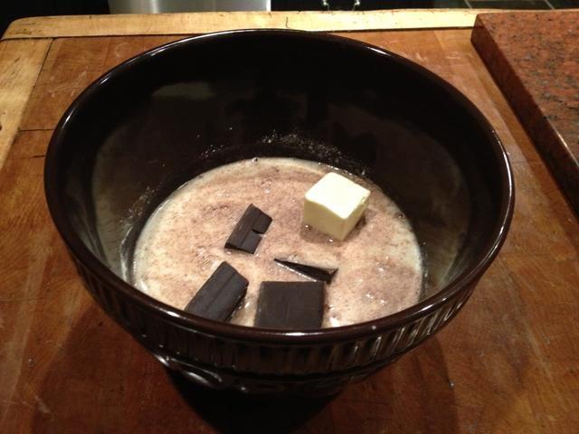 Añadir 1/4 taza de mantequilla y 85 gramos de chocolate sin azúcar.