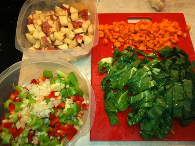 Y, por último, añadir las verduras. Papas picadas, el apio, las zanahorias, la cebolla, el ajo y el verde de elección