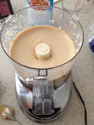 Coloca 1 bloque de tofu, la mantequilla de maní, el agave o jarabe de arce y la leche no láctea en un procesador de alimentos o licuadora. Mezcla hasta que quede suave.
