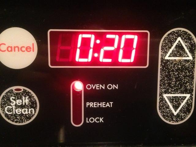 Coloque la bandeja de horno o sartén con las palomitas de maíz en el horno durante 20 a 25 minutos, hasta que estén crujientes. Cuando se hace permitir las palomitas se enfríe durante 15 minutos.