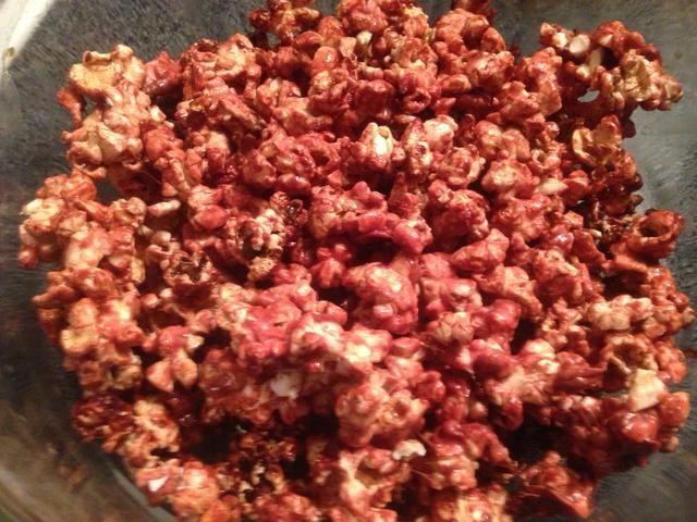 Una vez enfriado, el lugar de palomitas de maíz en un tazón. Su ahora listo para disfrutar. El producto final es palomitas de maíz con una mezcla de chocolate y un ligero sabor a menta suave.