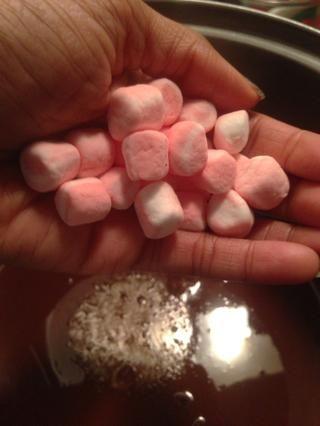 Añadir 40 malvaviscos menta en miniatura para el aceite de coco - la mezcla de chocolate.