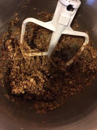 Batir la mantequilla de maní, jarabe de arce, y la clara de huevo. (Esta receta contiene huevos crudos, si eso te preocupa, reemplace la clara de huevo, con unas cuantas cucharadas extra de jarabe de arce!)