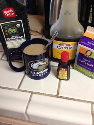 Vierta una taza de café mientras espera -) hoy me puse un par de gotas de jarabe de arce y un par de gotas de extracto de coco en demasiado. Extracto de almendra es grande en el café también!