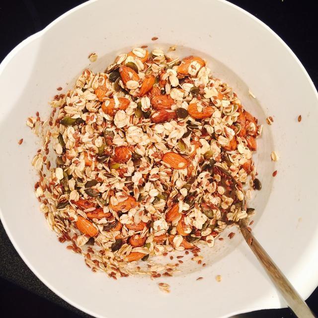 Mezcle los ingredientes secos y húmedos en un tazón