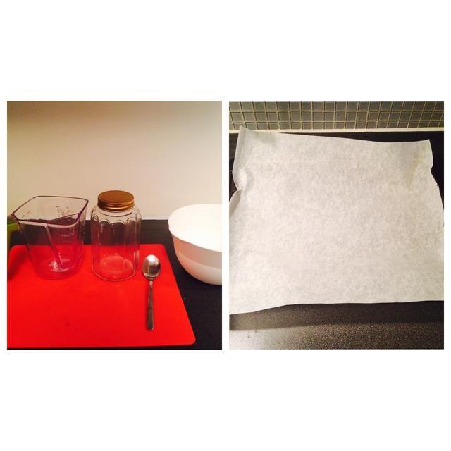 Herramientas: medición jarra, cuchara de sopa, tazón de fuente, bandeja de horno, papel de pergamino para hornear, contenedor de granola con tapa
