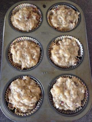 Llene su molde para muffins. Mi familia prefiere grandes magdalenas, así que llenar la mía un poco. Tiempo para el horno ...