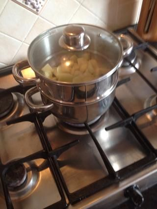 Coloca las peras cortadas en la olla vaporera y coloque sábana de agua hirviendo. Cubra con una tapa. Dejar reposar unos 15 minutos.