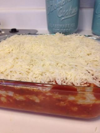 Arriba la cazuela con el queso mozzarella restante y cocer en el horno precalentado a 350 * C durante 20-30 minutos o hasta que el queso esté dorado.