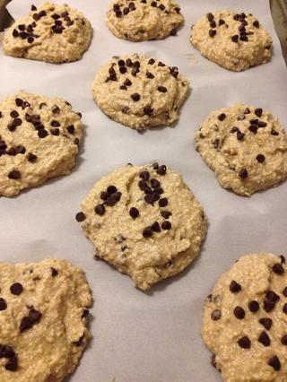 Mezclar en chips de chocolate a mano, cuchara la masa sobre una bandeja de horno forrada, y encima con un poco más de chispas de chocolate para hacer las galletas se ven bastante! :)