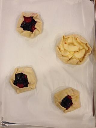 Coloque la manzana en una, y doblar juntos los lados. (Esta fue mi primera vez plegado, y resultó bastante bien! Sólo hacer lo mejor posible, que'll still taste good!) :)