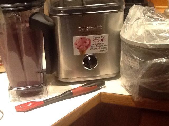 Cuando enfriado, coloque un tazón congelado en fabricante de helados y crema pastelera blackberry en un tazón congelado.