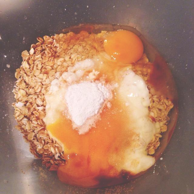 Ponga todos los ingredientes excepto los arándanos en un bol y mezclar con la batidora de mano