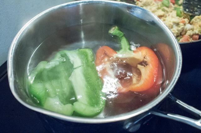 Hervir los pimientos durante 3-5 minutos