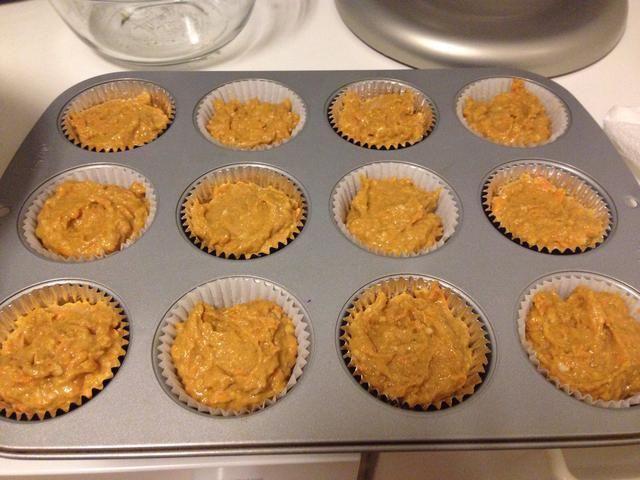 Vierta la mezcla en el molde para muffins y hornear durante 20-30 minutos. Mina tomó 25 minutos en mi horno, pero empezar a comprobar el suyo a los 20 minutos y comprobar el punto de cocción con un palillo.