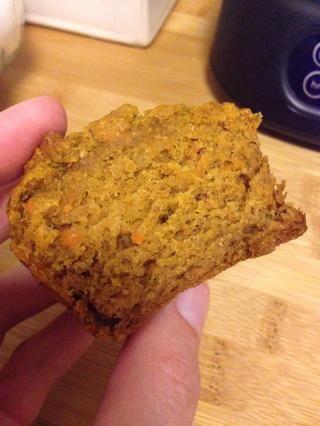 Estos muffins sabor como una mezcla entre el pan de plátano y pastel de zanahoria! Sin duda, uno de mis todos los tiempos magdalenas saludables favoritas. Receta adaptada de thefrugalfoodiemama.com