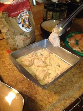 Escudo su pollo en la mezcla de harina en ambos lados