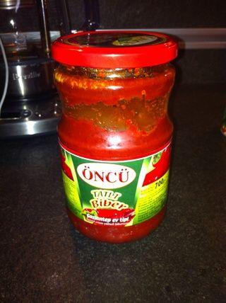 Tomate y pimienta pasta hecha en casa mezcla dentro.
