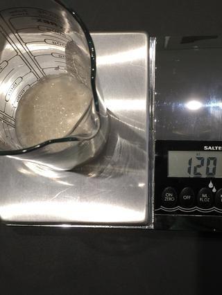 Escala sus ingredientes. Aquí es de 120 ml de leche de almendras