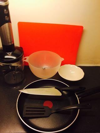 Herramientas: tabla de cortar, cortar cuchillo, espátula, licuadora, sartén antiadherente, recipiente x 2, cucharada, cucharadita, midiendo jarra (tengo medidas sobre mi licuadora)