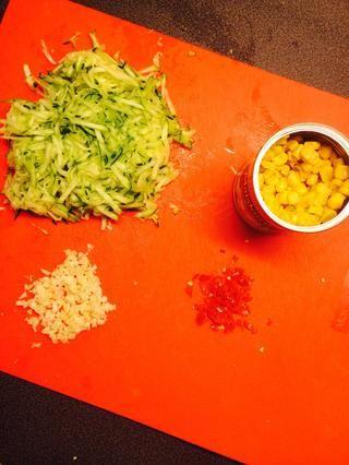 Picar todos los vegetales (excepto el maíz) Rallar la calabaza / calabacín