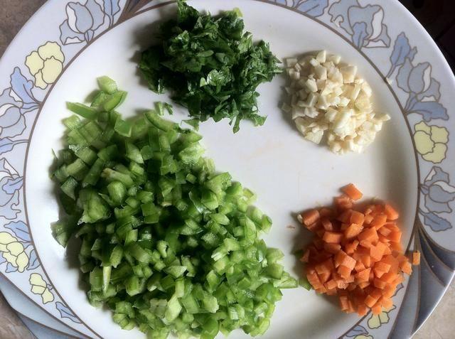 Picar el pimiento, la zanahoria, el ajo y el perejil en muy minúsculos trozos pequeños.