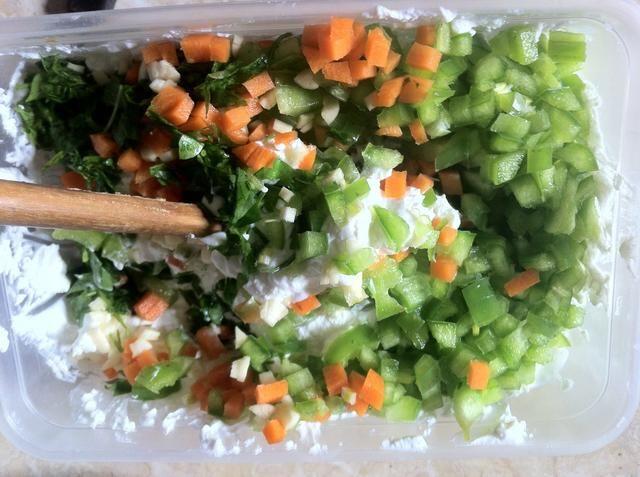 Añadir las verduras picadas a la mezcla de queso y mezclar todo junto.