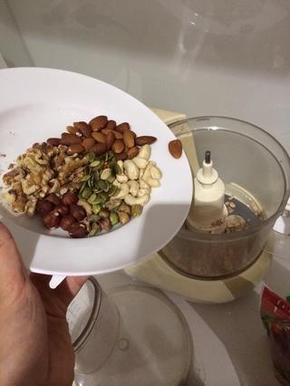 Añadir los frutos secos a los copos de avena mezclados