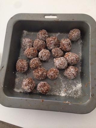 Coloque en el refrigerador para enfriar durante una hora y luego disfrutar. Usted puede hacer una variación de nueces y frutos secos de su elección