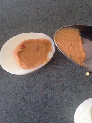 Rellene huevo con tu tipo favorito de hummus