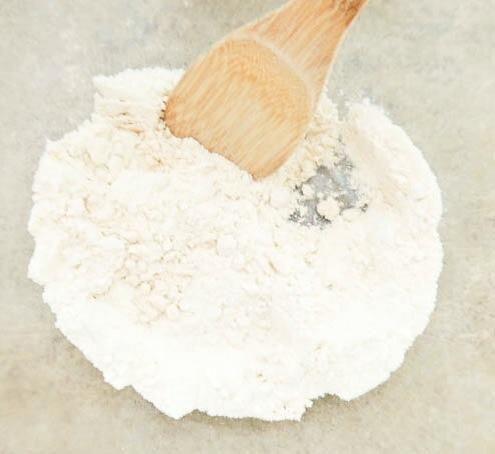 En un tazón grande, combine los ingredientes secos (suero de leche, la harina y el bicarbonato de sodio)