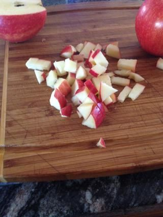 Picar las manzanas en trozos pequeños. Don't be afraid to add different sized chunks in there! I only ended up using one apple. I usually add a variety of different fruit. You can if you want to.