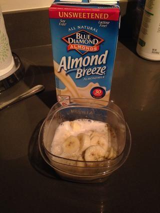 Vierta la leche de almendras sin azúcar y mezclar bien desde la chía y polvo de semillas de cáñamo puede agruparse para arriba.