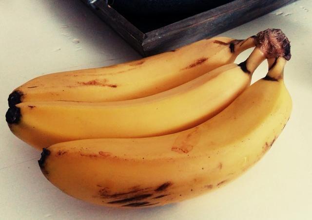 Peal los plátanos y cortarlos en trozos para la mezcla más fácil.