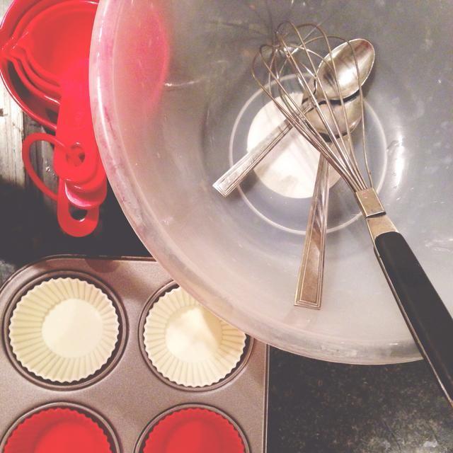 Herramientas: tazón, cuchara de sopa, tenedor, cucharilla, tazas de medir, bata, bandeja de muffins (bicarbonato de copas si tiene)