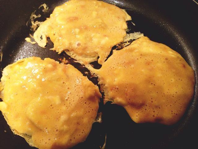 Rocíe la cacerola con la luz de alevines y poner la mezcla en la sartén a fuego medio (hace 3 tortitas gruesas)