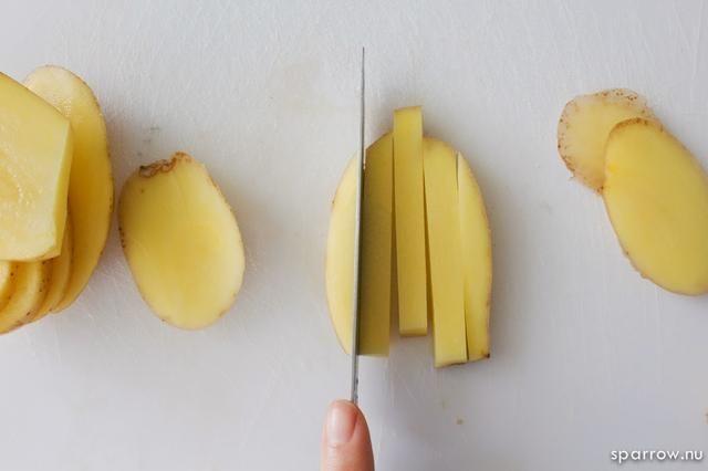 Ahora cortar las patatas de nuevo en 1/4 pulgadas se desliza o espesor deseado.