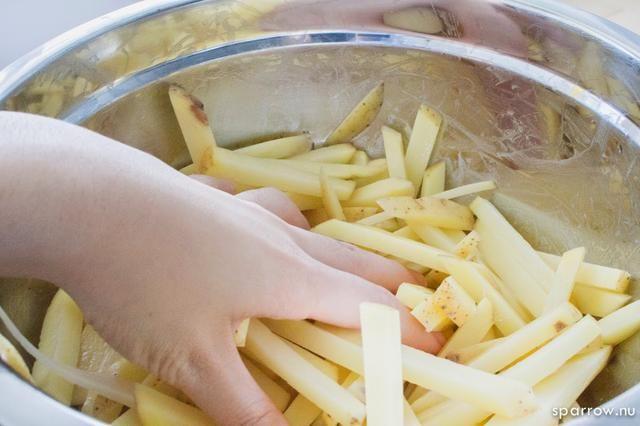 Corre y mezcle para cubrir todas las papas fritas a fondo.