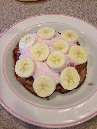En lugar de jarabe o mantequilla, me gusta usar el yogur! Así que aquí he utilizado yogur de fresa como mi propagación y la mitad restante del plátano para colmo!