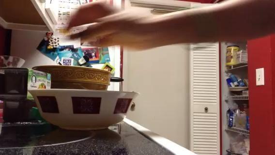 Heres una manera simple para separar la clara de huevo de la yema.