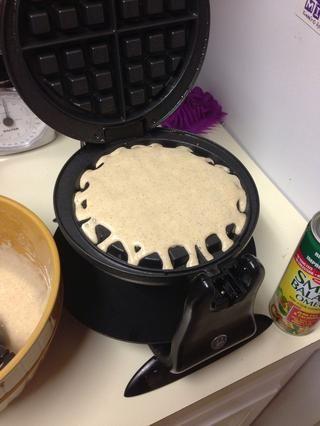 Vierta aproximadamente 1/4 taza en el centro de la máquina de gofres o 1/3 taza en la sartén si usted está haciendo panqueques. Se extenderá y aumentará. Don't over pour!!!