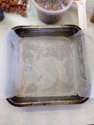 Forrar un molde de 15 cm x 15 cm con papel de hornear.