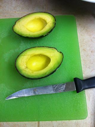 Cortar el aguacate por la mitad y quitar las semillas.