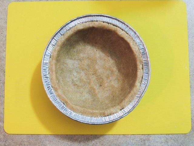 Usando los dedos moldean la corteza uniformemente dentro de la cacerola como tal. La corteza sana y sabrosa está listo, ahora en el delicioso relleno de proteínas.