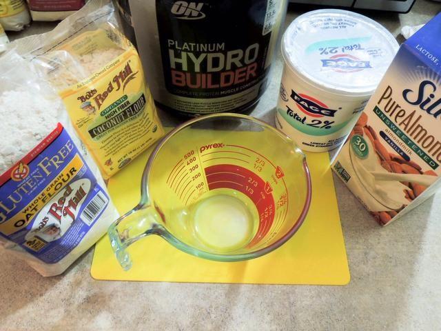 Conseguir los ingredientes para el relleno: harina de avena, harina de coco, proteína de suero, yogur griego, leche de almendras