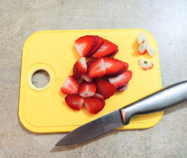 Entonces nosotros'll add some fruit topping, i added strawberries, you can you any you want