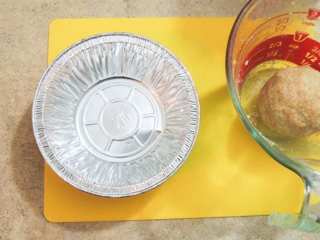 Ahora nuestra tarea es hacer una corteza de la masa dentro del molde para pay. (por cierto, sí, se puede dar forma a la corteza sin el pan)