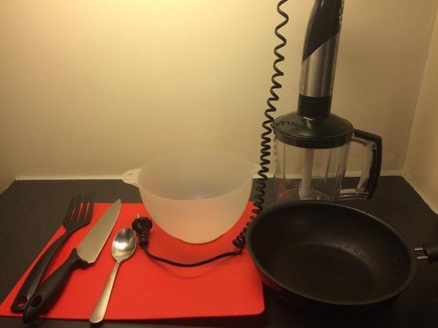 Herramientas: batidora, cuchillo, tabla, tazón, cuchara, sartén, espátula cortar.